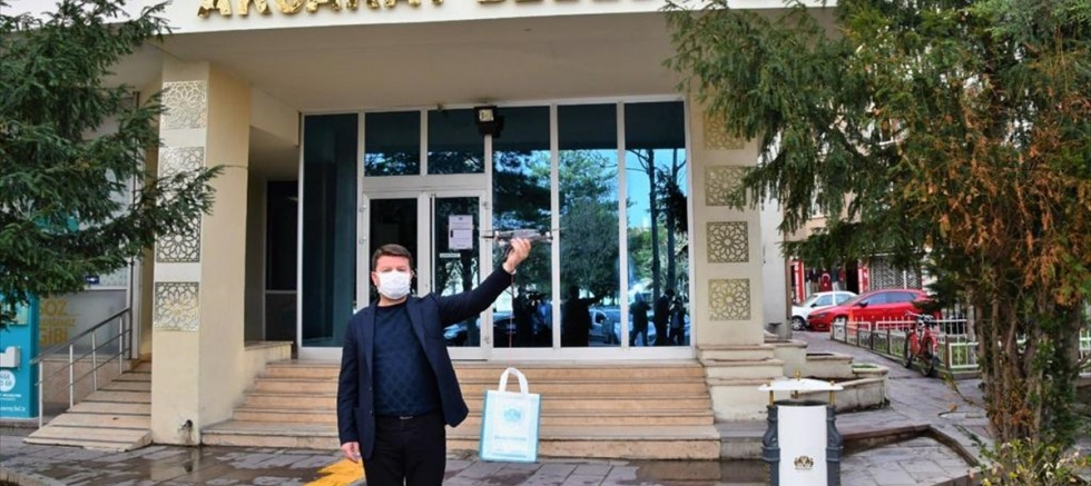 Aksaray Belediyesi 65 yaş üstü vatandaşlara drone ile maske ve eldiven dağıtıyor