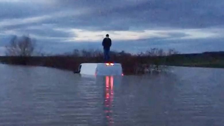 Aracıyla nehirden taşan suların ortasında kalan kişiyi kurtardı