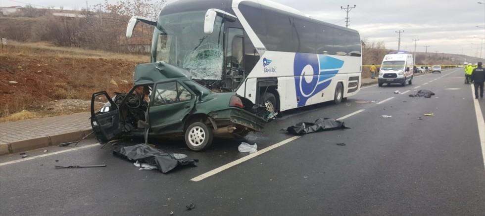 Kayseri'den Ankara istikametine giden  yolcu otobüsü ile otomobil çarpıştı: 3 ölü, 1 yaralı