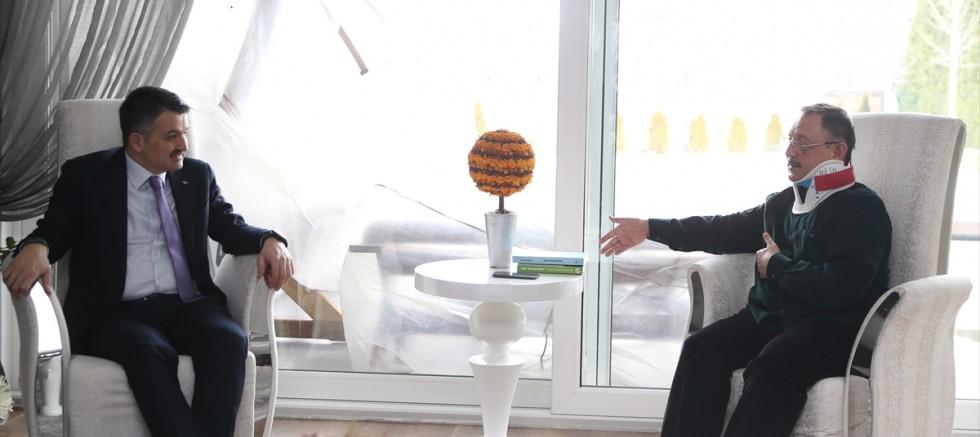 Bakan Pakdemirli, trafik kazası geçiren Özhaseki'yi ziyaret etti
