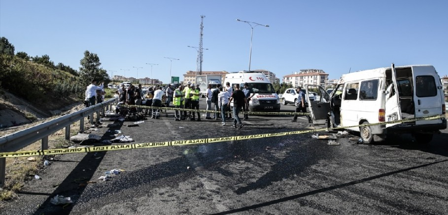Bariyerlere çarpan minibüsün devrildi: 4'ü çocuk 16 yaralı
