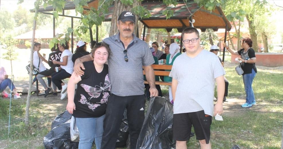 Belediye Başkanı Codar halkla beraber çöp topladı