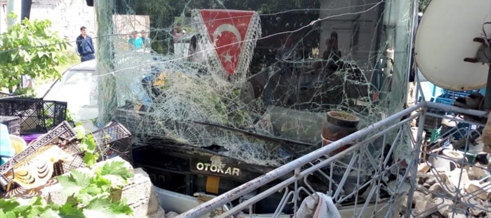 Belediye otobüsü ile minibüs çarpıştı: 13 yaralı