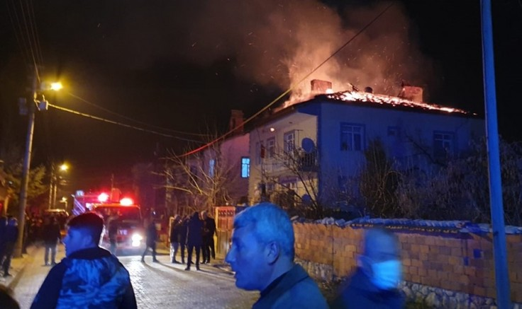 Bir kişinin boşanmak üzere olduğu kadının evini yaktığı iddia edildi