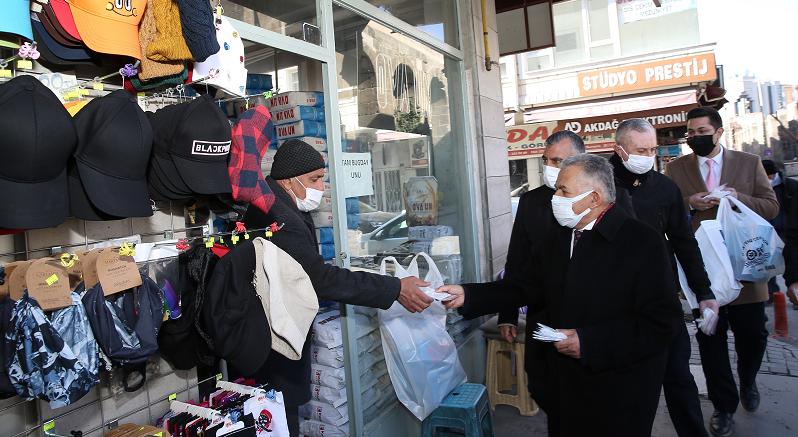 Büyükşehir Belediyesi yeni kontrollü normalleşme denetiminde 10 bin maske dağıttı