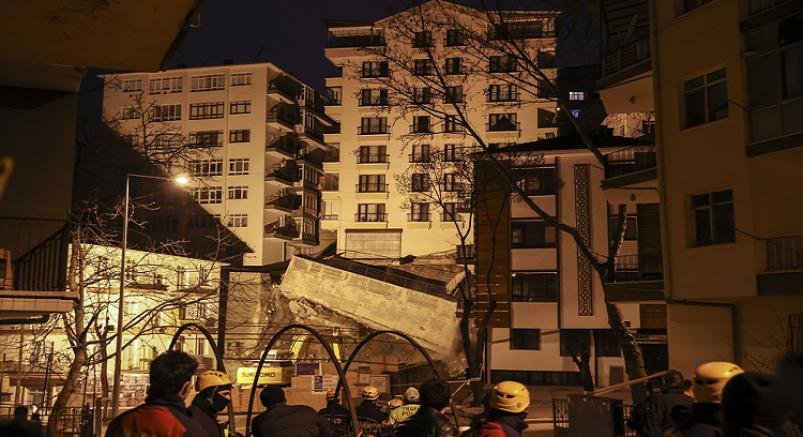 Çökme tehlikesi nedeniyle 8 katlı bina boşaltıldı