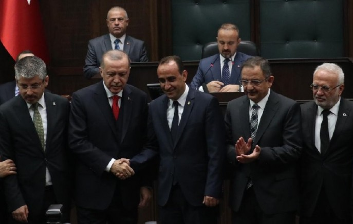Cumhurbaşkanı İlmek'e AK parti rozetini taktı