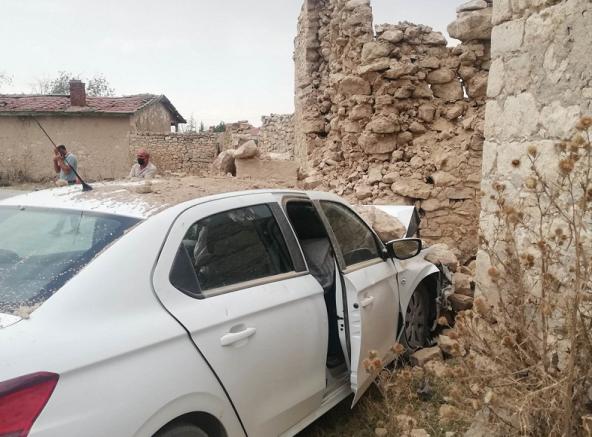 Direksiyon başında kalp krizi geçirerek aracıyla duvara çarpan sürücü öldü