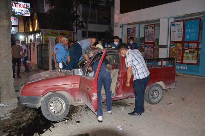 Dur ihtarına uymayan otomobil kaza yaptı: 1'i ağır 2 yaralı