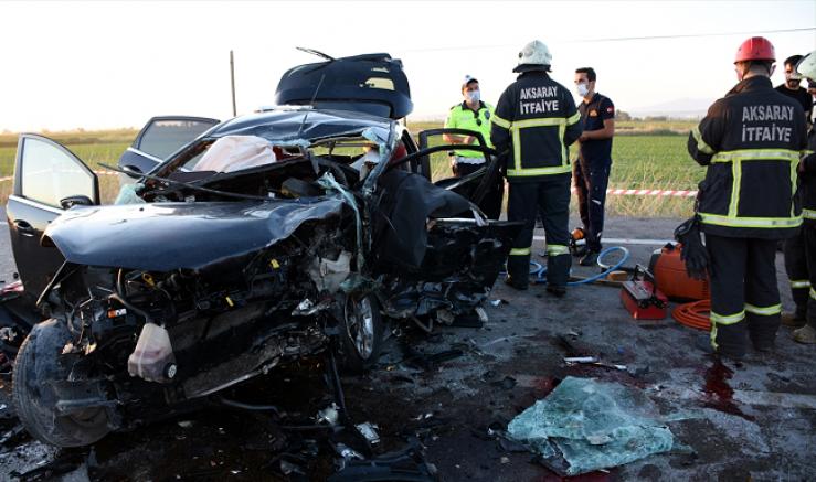 Gurbetçilerin bulunduğu otomobil düğün konvoyundaki otomobillerle çarpıştı 2 kişi öldü 6 yaralı
