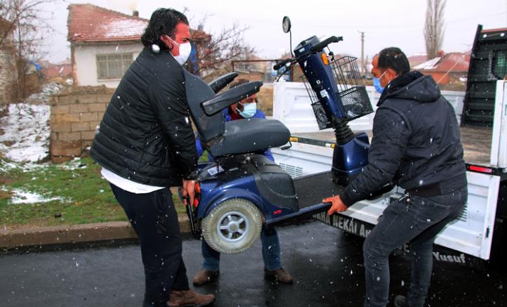 Hollanda'da yaşayan kadın,  engellilere akülü araç desteğinde bulundu