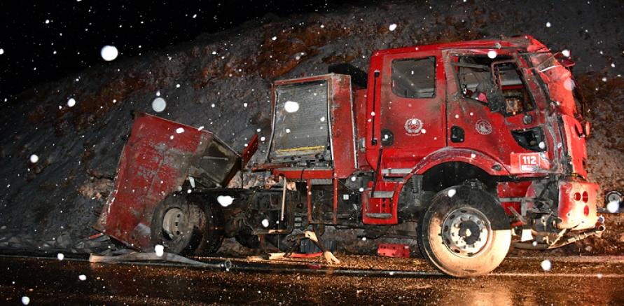 İtfaiye aracı buzlanma nedeniyle yoldan çıktı 5 kişi yaralandı