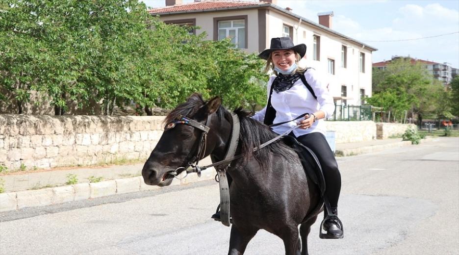 Kadın muhtar Kovid-19 sürecinde at sırtında hizmet veriyor