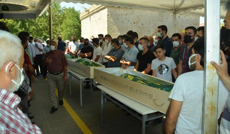 Kamyonetin tırla çarpıştığı kazada ölen aynı aileden 6 kişi Kayseri'de toprağa verildi