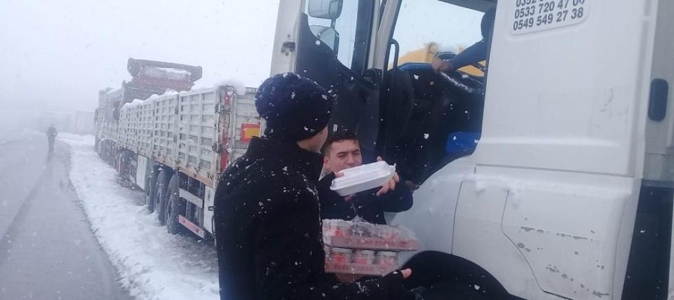 Kayseri Büyükşehir Belediyesinden yolda kalan sürücülere destek