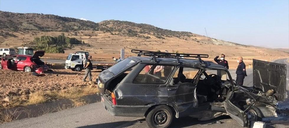 Kayseri'de 2 otomobil çarpıştı 1 kişi öldü, 3 kişi yaralandı