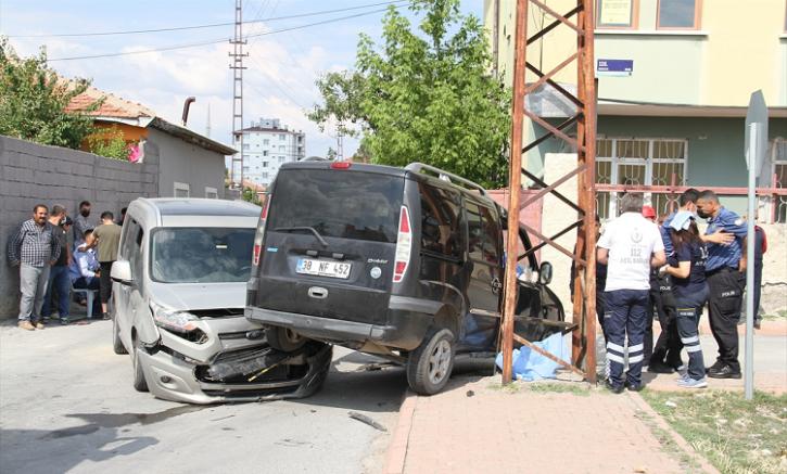 Kayseri'de 3 gün önce evlenen çifti trafik kazası ayırdı