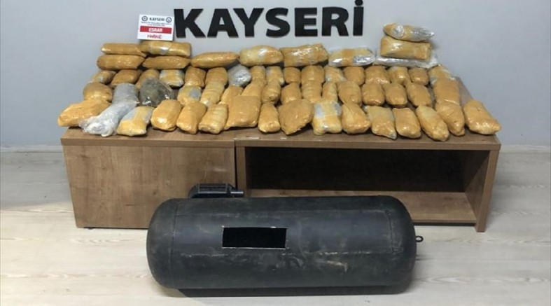 Kayseri' de aracın LPG kısmına gizlenmiş 10 kilo 350 gram esrar ele geçirildi