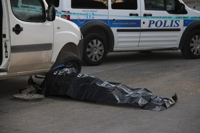 Kayseri'de bir kişi lastiğini değiştirmeye çalıştığı aracının yanında ölü bulundu