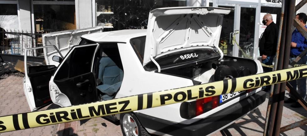 Kayseri' de çalıntı araçla polisten kaçan şüpheliler kaza yaptı
