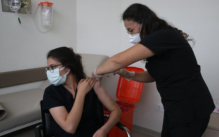 Kayseri'de dedesini Kovid-19'dan kaybeden hemşire vatandaşları aşılamak için yoğun çaba harcıyor