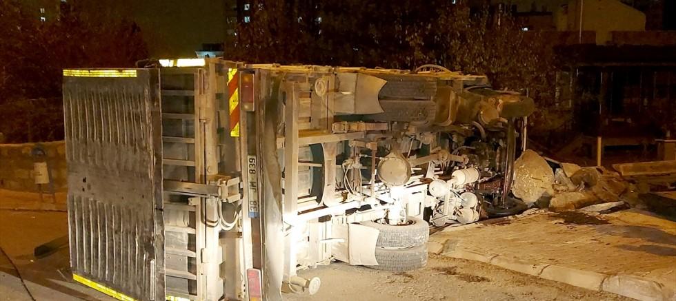 Kayseri'de freni boşalan kamyon bahçe duvarına çarparak durabildi