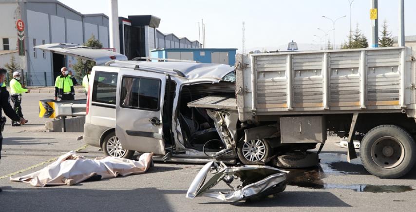 Kayseri'de hafif ticari araç kamyona çarptı 2 kişi öldü