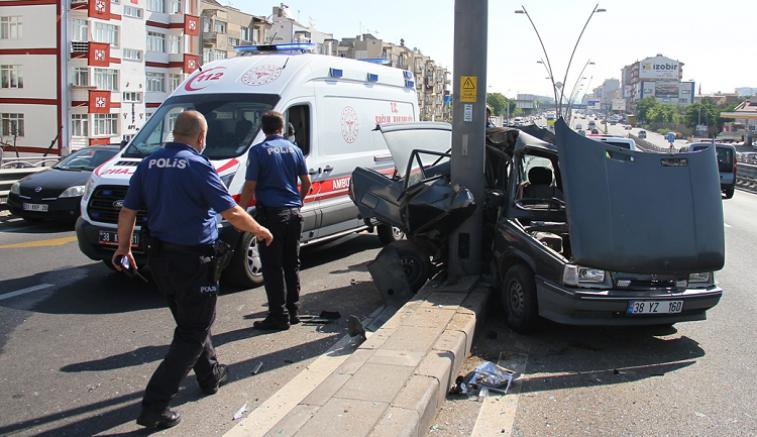 Kayseri'de iki otomobil çarpıştı 3 kişi yaralandı