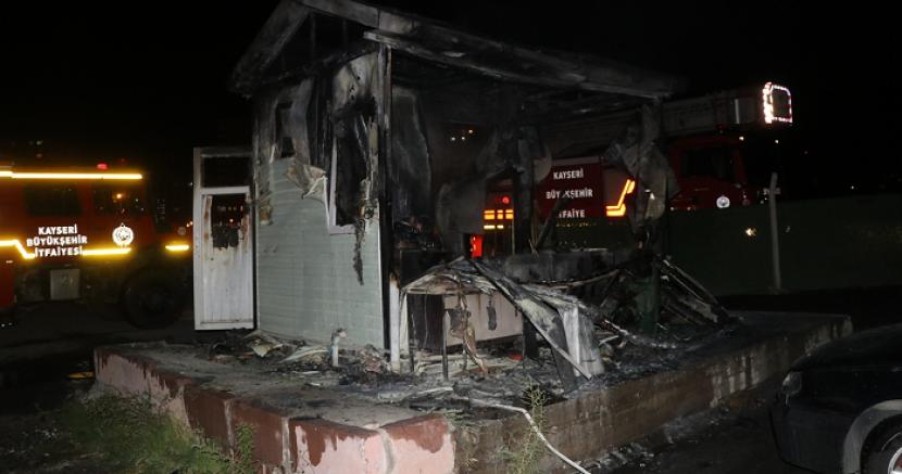 Kayseri'de işten çıkarıldığı belirtilen kepçe operatörü iş makinesi ve güvenlik kulübesini yaktı