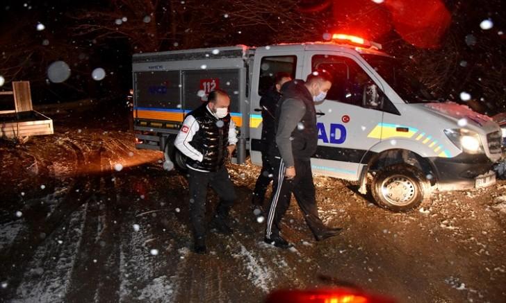 Kayseri' de Köpeklerini besleyen iki genç dönüş yolunda mahsur kaldıkları yerden kurtarıldı