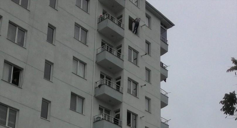 Kayseri' de Polisten kaçıp pencereye çıkan zanlı, gözaltına alındı