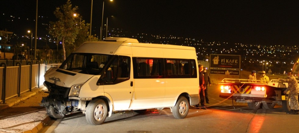 Kayseri'de servis minibüsü ile otomobil çarpıştı 6'sı asker 8 kişi yaralandı