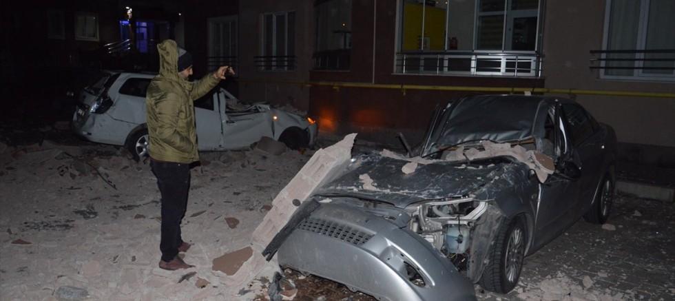 Kayseri'de şiddetli rüzgar ağaçları devirdi, çatıları uçurdu