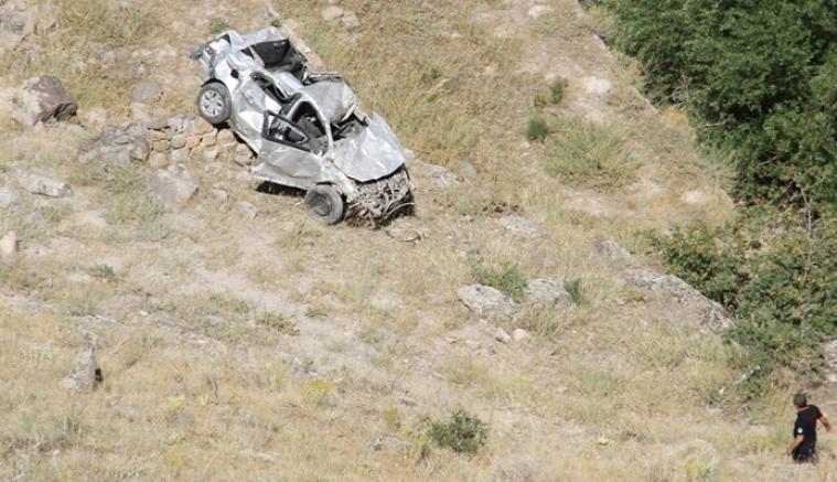 Kayseri'de sürücüsünün manzara izlemek için yol kenarına park ettiği otomobil uçuruma yuvarlandı