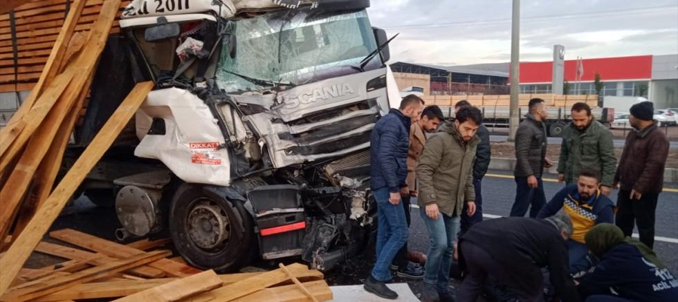 Kayseri'de tır durakta bekleyen belediye otobüsüne çarptı: 11 yaralı