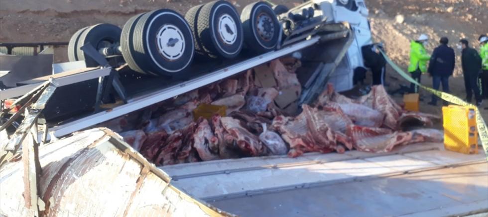 Kırşehir'de  devrilen et yüklü tırın sürücüsü öldü