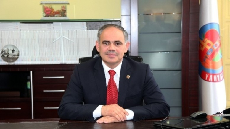 Kovid-19 karantinasındaki belediye başkanı, babasının cenaze törenini sosyal medyadan izledi