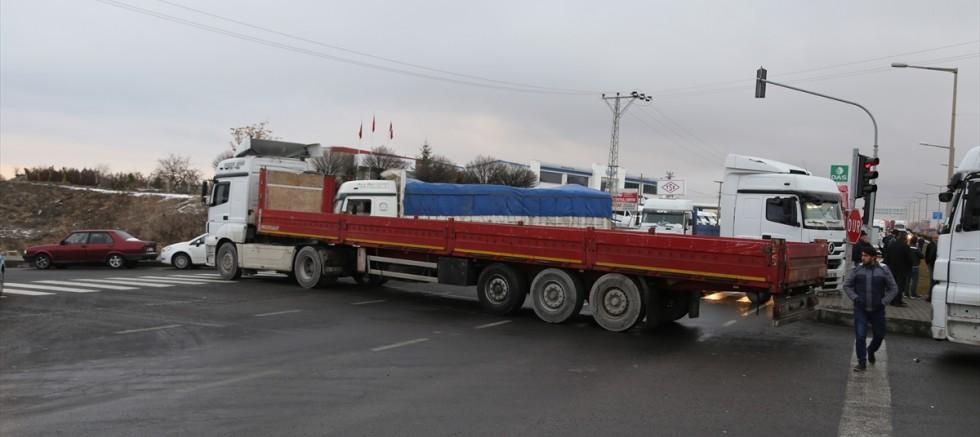 Nevşehir'de nakliyeciler kara yolunu trafiğe kapattı