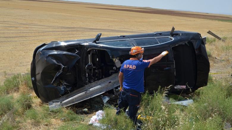 Otomobil bariyerlere saplandı 2 kişi öldü, 4 yaralı