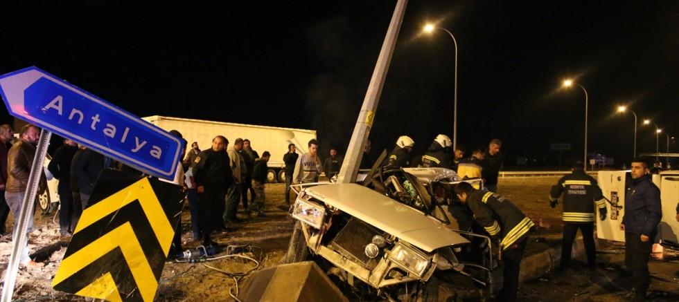 Otomobil ile hafif ticari araç çarpıştı 1 kişi öldü, 9 yaralı