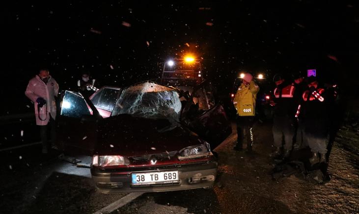 Otomobil kamyonete arkadan çarptı 1 kişi öldü, 1 yaralı