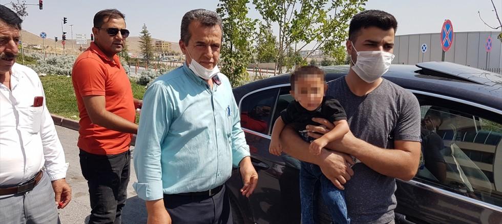 Otomobilde tek başına ağlayan çocuğu vatandaşlar kurtardı