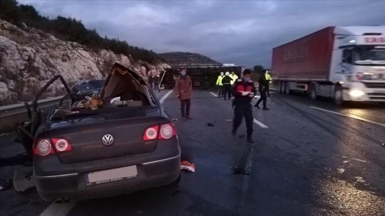 Otoyolda kamyonla otomobil çarpıştı aynı aileden 5 kişi öldü, 2 yaralı