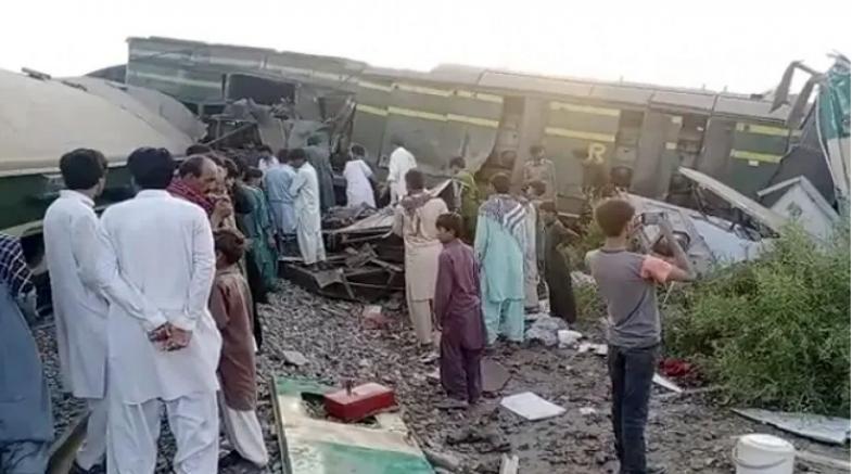 Pakistan'da iki tren çarpıştı: 35 kişi öldü, 50 yaralı
