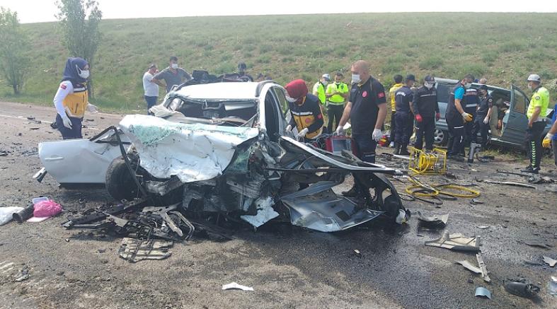 Sivas'ta hafif ticari araç ile otomobil çarpıştı 9 kişi öldü