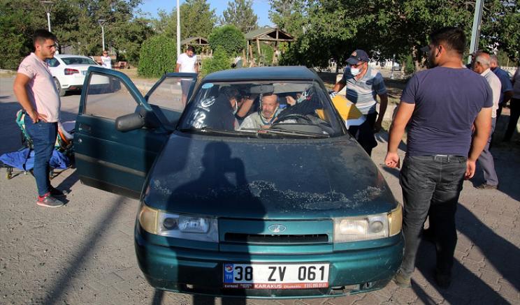 Sivas'ta iki otomobil çarpıştı 4 kişi yaralandı