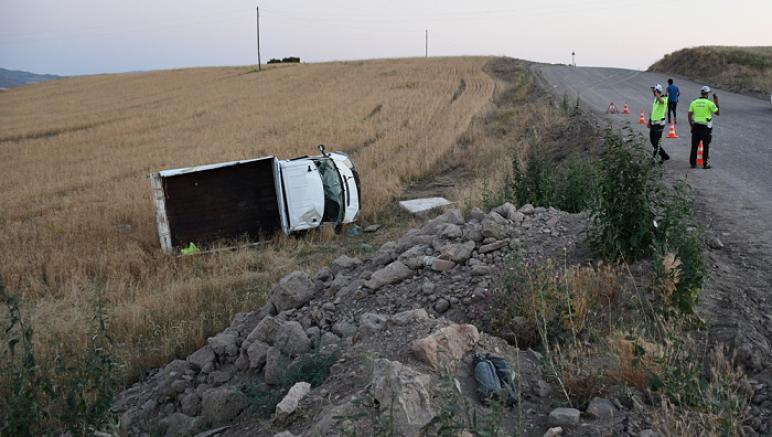 Sivas'ta kamyonet şarampole devrildi 3 kişi yaralandı