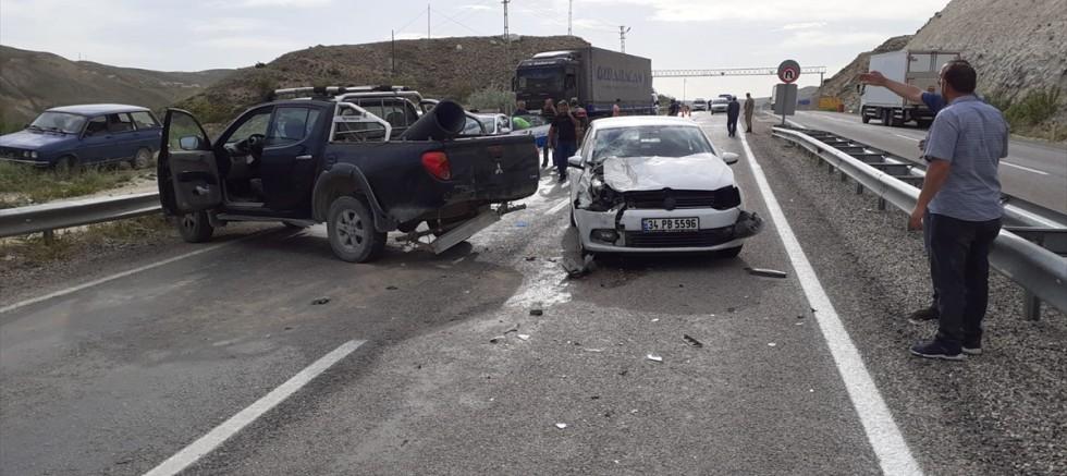 Sivas'ta otomobil park halindeki kamyonete çarptı: 4 yaralı