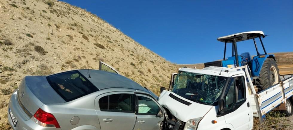 Sivas'ta otomobille kamyonet çarpıştı1 ağır 4 kişi yaralandı