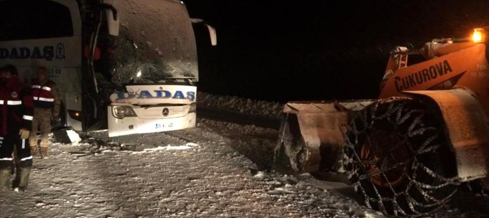 Sivas'ta yolcu otobüsü kepçeyle çarpıştı: 1 kişi öldü